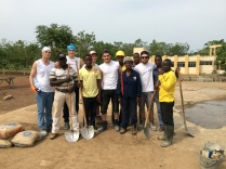 L'équipe des jeunes maçons qui s'apprêtent à commencer la construction